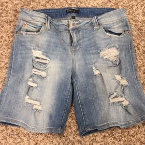 High rise distressed boyfriend short